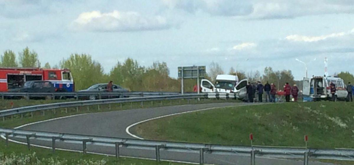 Под Ивацевичами бус врезался в дорожное ограждение – водителя деблокировали сотрудники МЧС