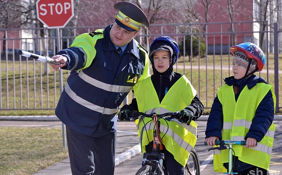 В Беларуси с 25 мая водители обязаны ездить с включенным ближним светом