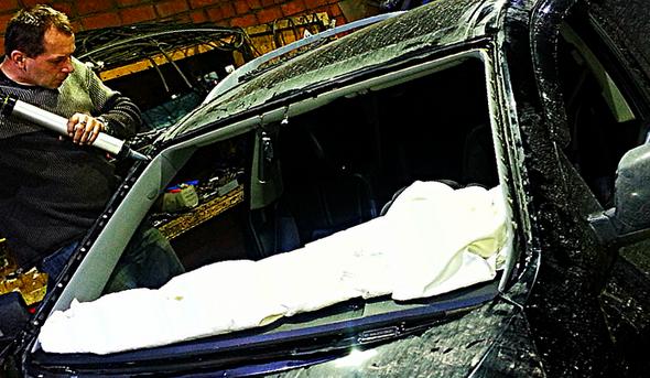 Под Могилевом водителя, отказавшегося показать документы, сотрудники ГАИ вытянули из машины, разбив лобовое стекло