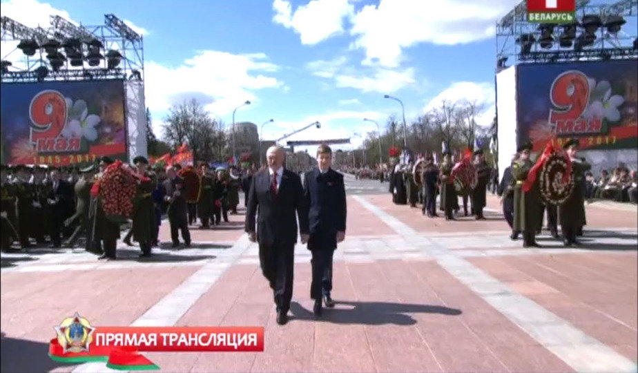 Фотофакт. Николай Лукашенко уже догнал по росту отца
