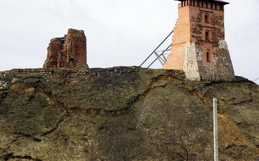 В Новогрудке масштабный оползень на Замковой горе угрожает обвалить Костельную башню