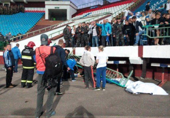 В Витебске во время футбольного матча обрушилось ограждение сектора стадиона – 14 человек упали с высоты