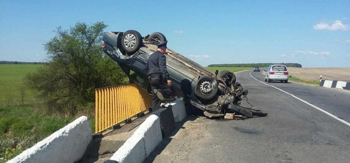Пьяный водитель, лишенный прав, перевернулся на мосту в Каменецком районе