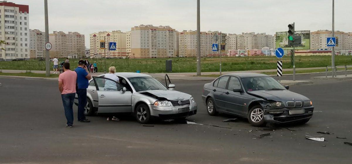 Фотофакт. В Барановичах столкнулись BMW и Volkswagen