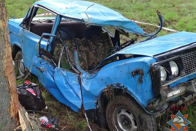 Под Брестом «Жигули» врезались в дерево, водителя доставали с помощью спецоборудования