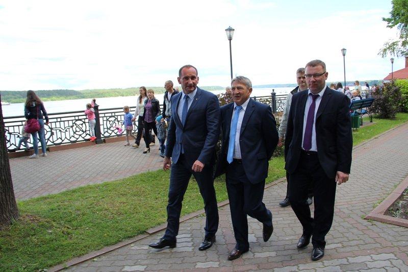 Представители барановичских властей посетили город-побратим и подарили картину