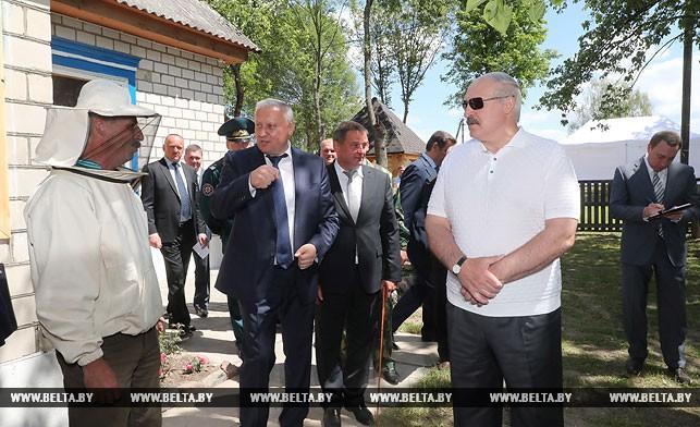 Александра Лукашенко угостили медом, который получают на радиационных территориях