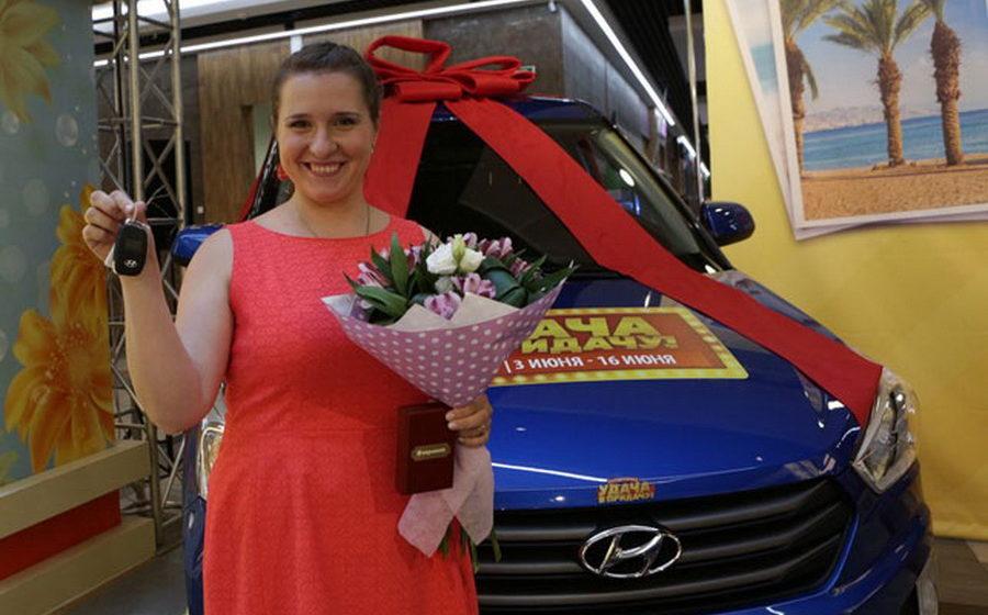 Жительнице Барановичей вручили автомобиль, который она выиграла в «Удача в придачу!» от «Евроопт»