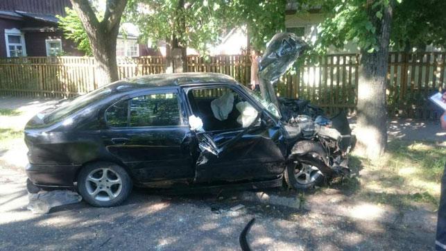 В Минске пьяный водитель «Ниссана», которого преследовал экипаж ГАИ, столкнулся с «БМВ», а потом врезался в дерево
