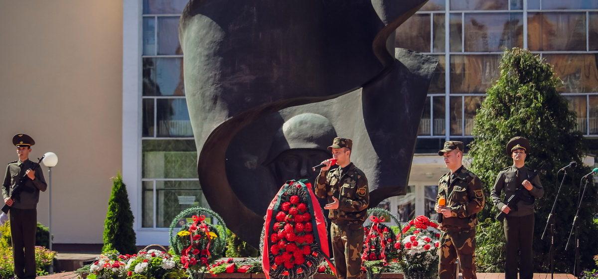 В Барановичах возле Вечного огня прошел митинг, посвященный Дню памяти жертв войны