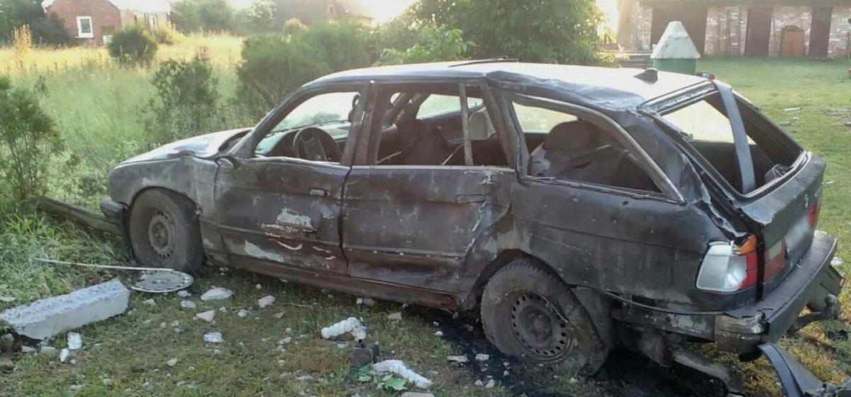 Под Кобрином водитель BMW врезался в мачту электропередачи, снес забор и погиб