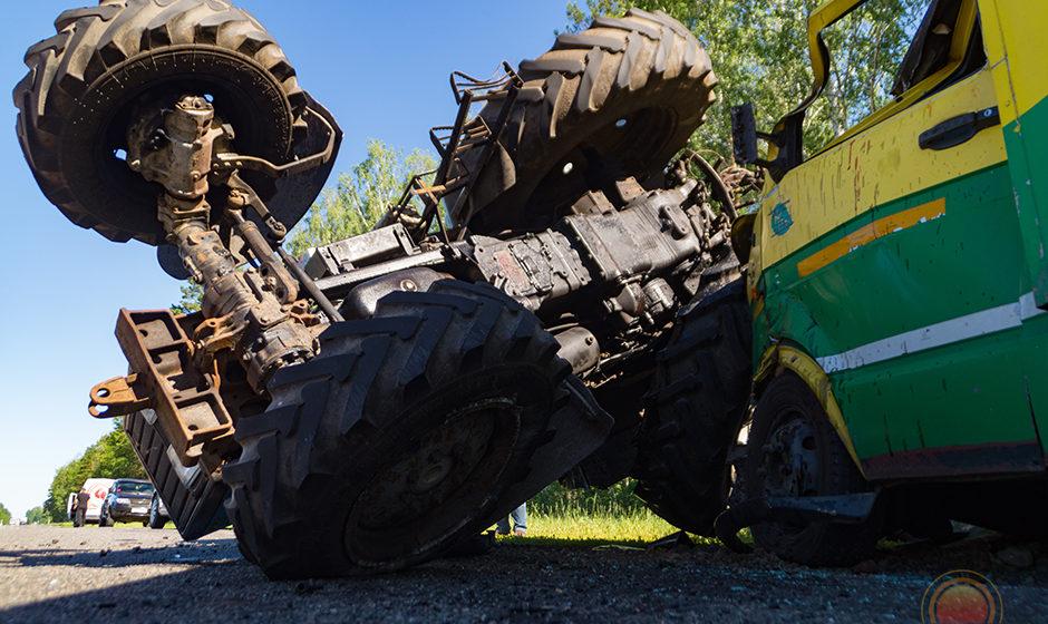 Авария под Светлогорском: трактор – вверх колесами, грузовик – разбит (видео)