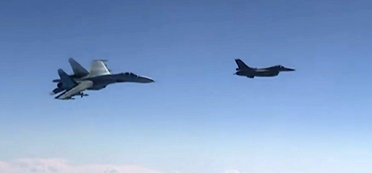 Появилось видео, как Су-27 отгоняет истребитель НАТО от самолета министра обороны РФ
