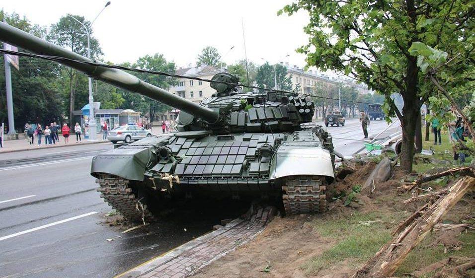 В сети появилось видео, как в Минске танк врезался в столб