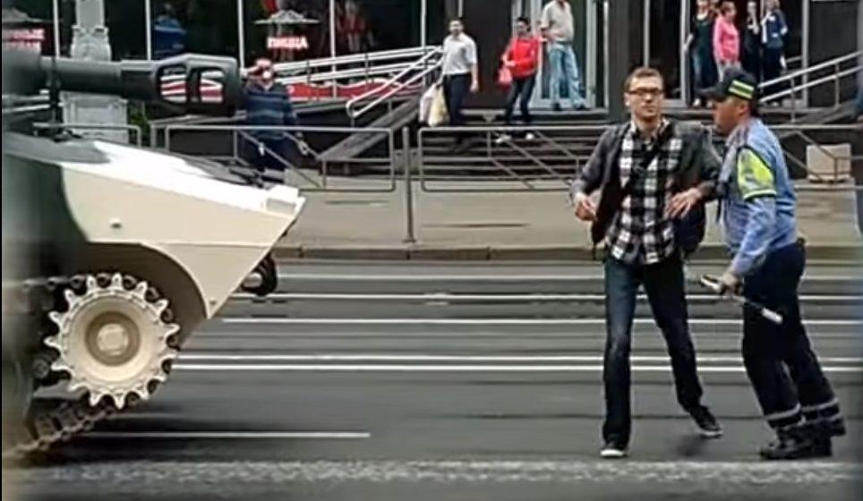 В Минске мужчина лез под танки, ехавшие на репетицию парада (видео)