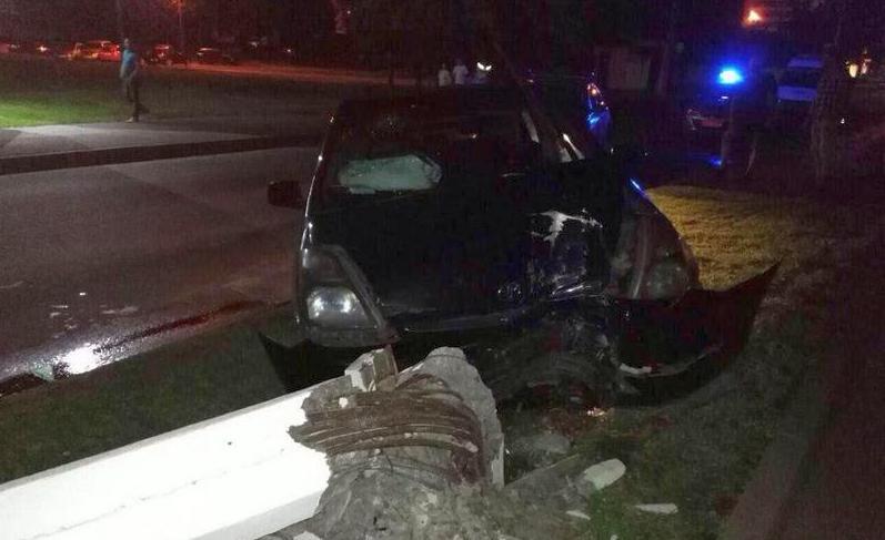 В Бресте бесправница врезалась в столб, водитель и пассажир доставлены в больницу
