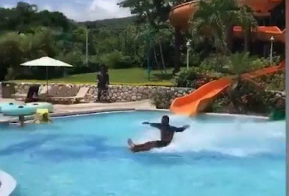 Посетитель аквапарка «нарушил законы физики» и покорил интернет (видео)