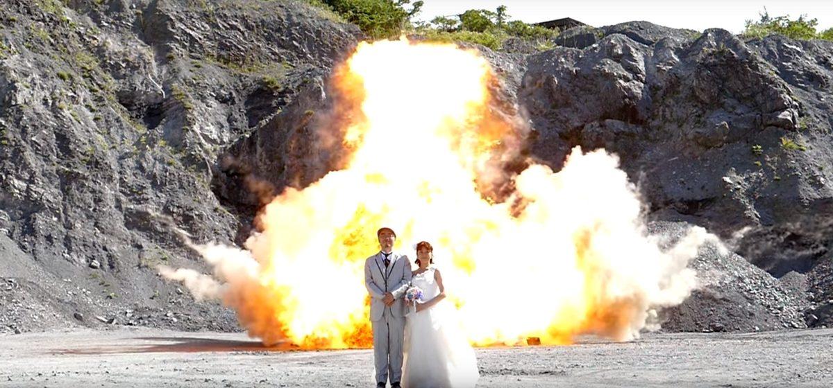 Японская пара сделала свадебную фотографию на фоне взрывов (видео)
