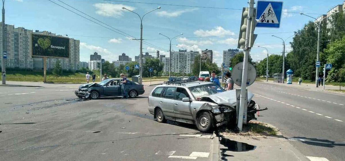 В Минске Nissan протаранил BMW и врезался в столб