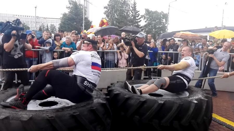 Двое силачей из Беларуси и России установили мировой рекорд, протянув трактор BELARUS 9,51 м (видео)