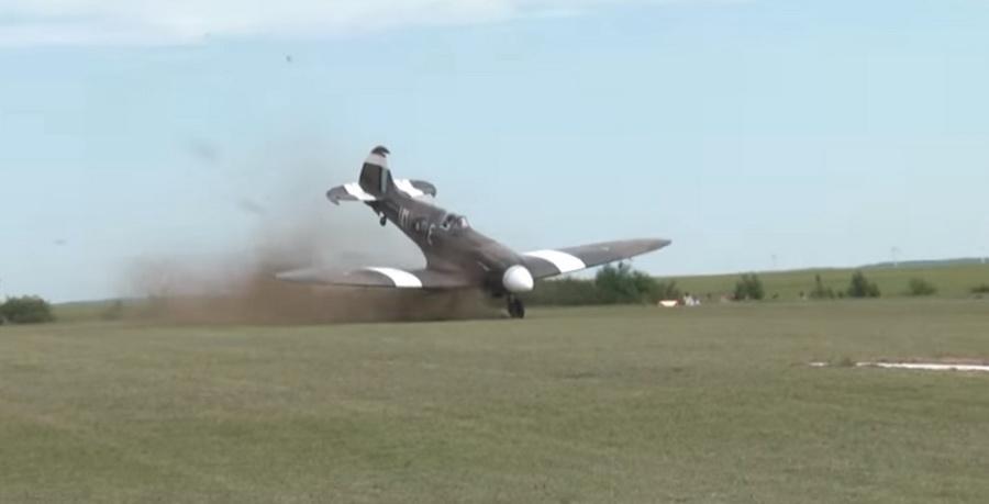 Во Франции во время авиашоу разбился легендарный истребитель Второй мировой войны (видео)