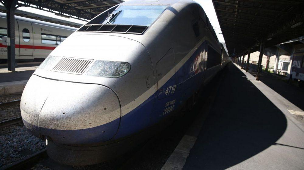 Во Франции муж привязал жену к рельсам и бросился под поезд