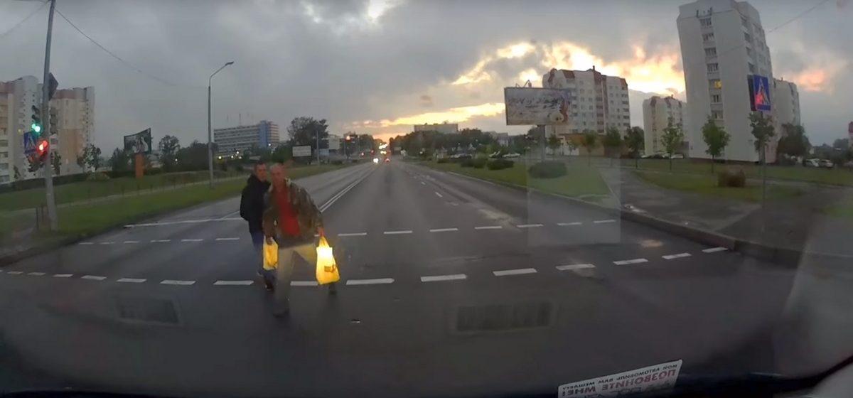 В Молодечно два пешехода, переходившие дорогу на красный свет, устроили с водителем разборку (видео)