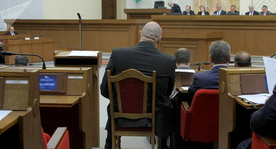 Фотофакт. Николай Валуев не поместился в депутатское кресло в белорусском парламенте