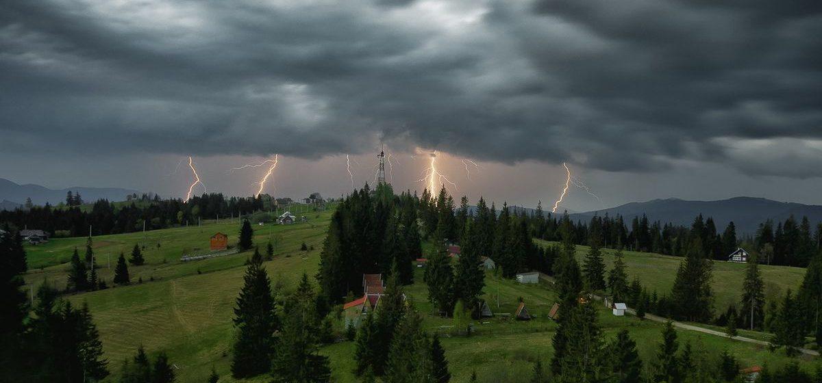 Последствия грозы: в Барановичском районе обесточило населенные пункты и сорвало крыши