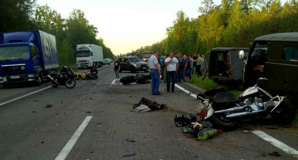 На трассе М1 два УАЗа медпомощи протаранили колонну байкеров
