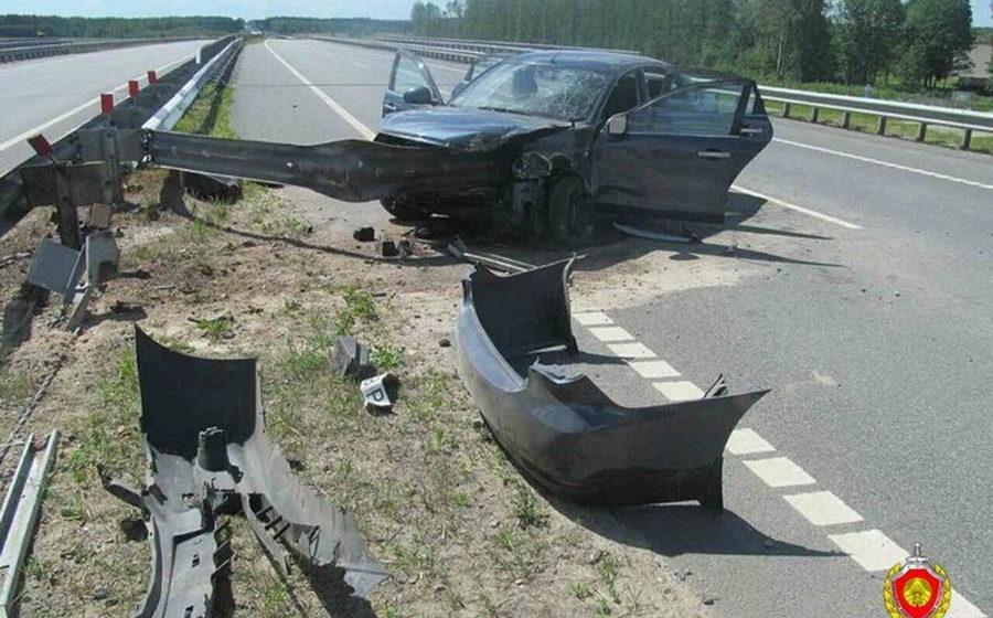 На трассе М4 отбойник пробил Nissan, водитель погиб, пассажирка в реанимации