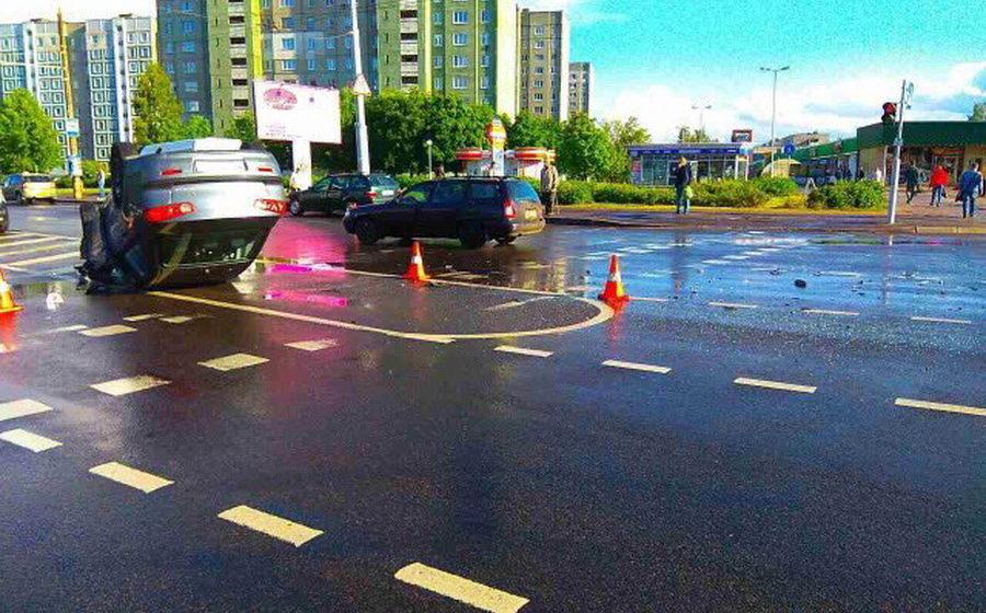 В Минске на перекрестке после столкновения с BMW перевернулась Mitsubishi