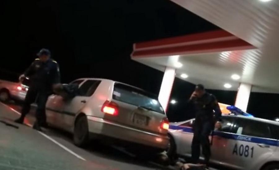 На АЗС в Дрогичинском районе сотрудники департамента охраны выбили стекло и вытянули водителя через окно (видео)