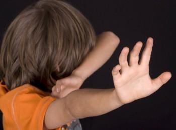 В Пинске женщина затащила к себе в квартиру и несколько раз ударила ножом восьмилетнего мальчика