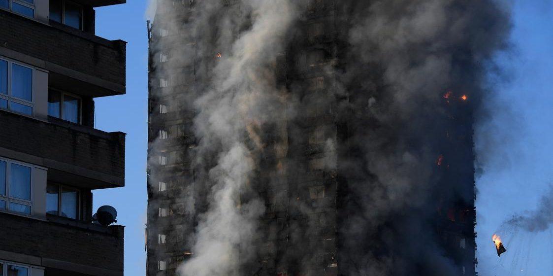 В Лондоне загорелся 27-этажный жилой дом. В здании заблокированы люди (фото и видео)