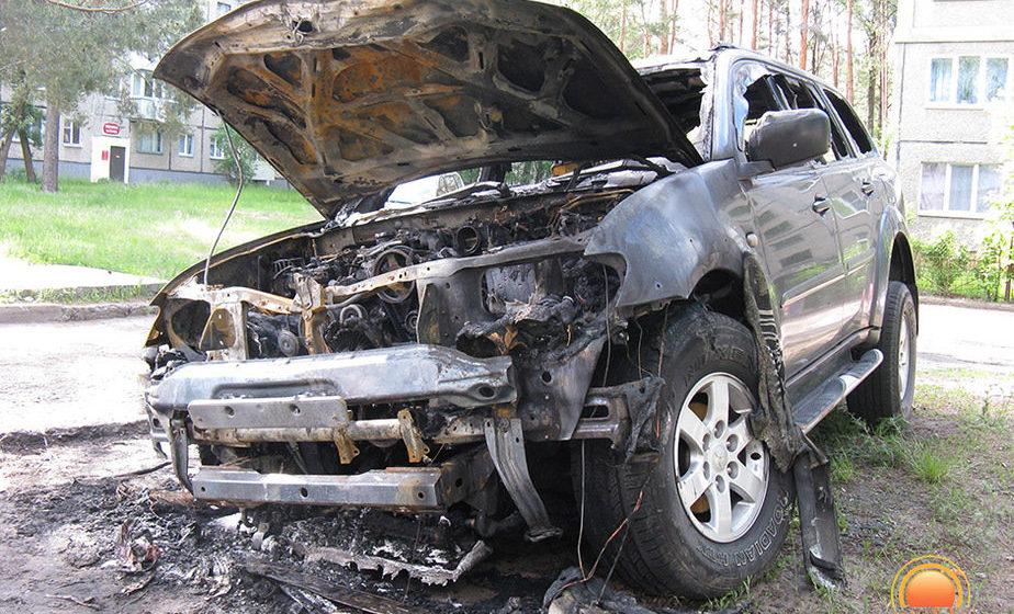 В Светлогорске подожгли автомобиль с российскими номерами, который припарковали на газоне