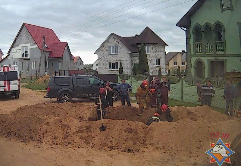 Двух мужчин засыпало при прокладке канализации в Барановичах