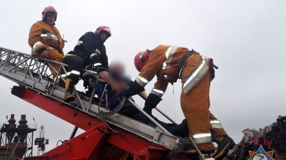В Пинске сотрудники МЧС спасали мужчину, упавшего с крана