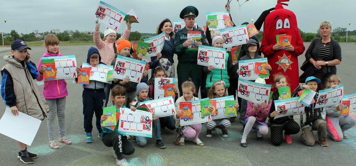 Барановичские спасатели устроили для детей праздник со стрельбой из водяного пистолета