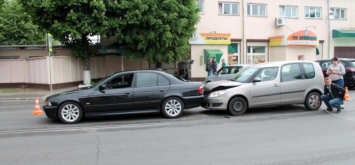 Фотофакт: На улице 50 лет БССР в Барановичах Škoda «догнала» BMW