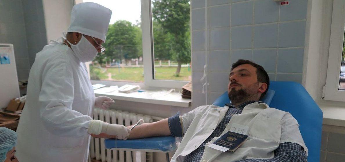 Барановичские медики в День донора сдали кровь