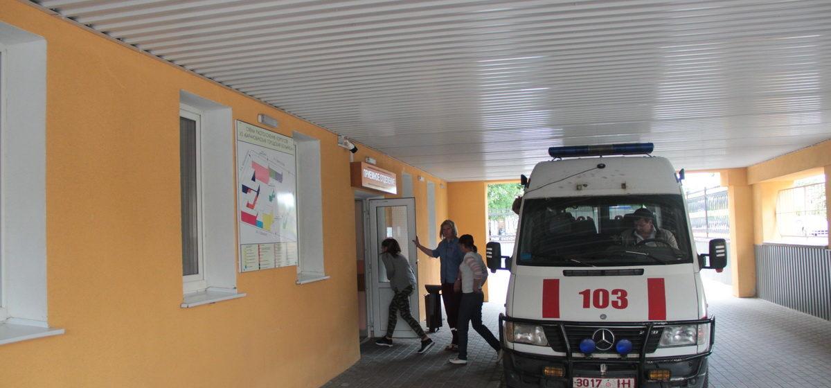 «Сидел и улыбался, а потом набросился на врача» – особенности работы приемного покоя Барановичской больницы