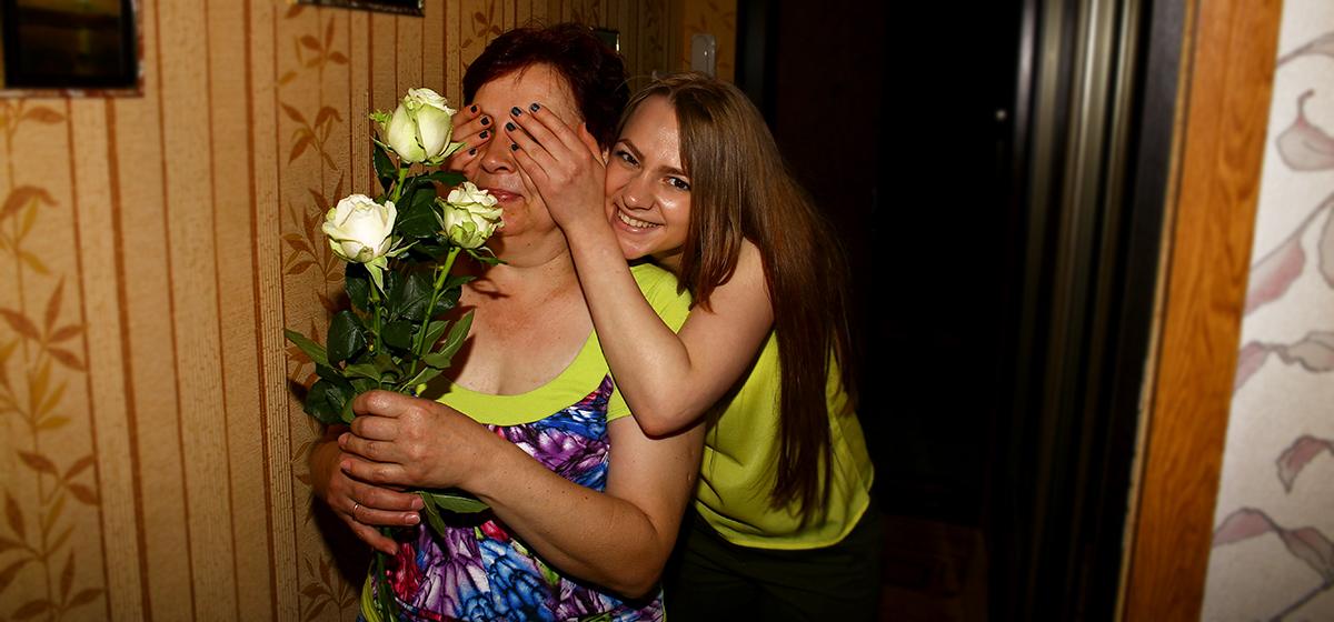 «Чтобы мама никуда не ушла, сказали, что будет проверка счетчиков». В Барановичах женщину необычно поздравили с днем рождения