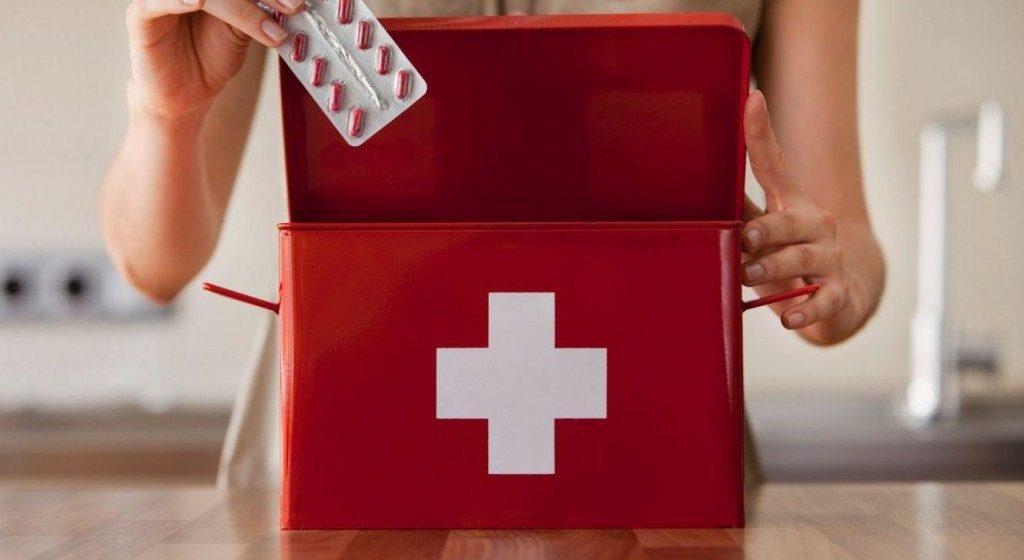 Какие лекарства взять с собой в отпуск и как правильно провезти их через границу