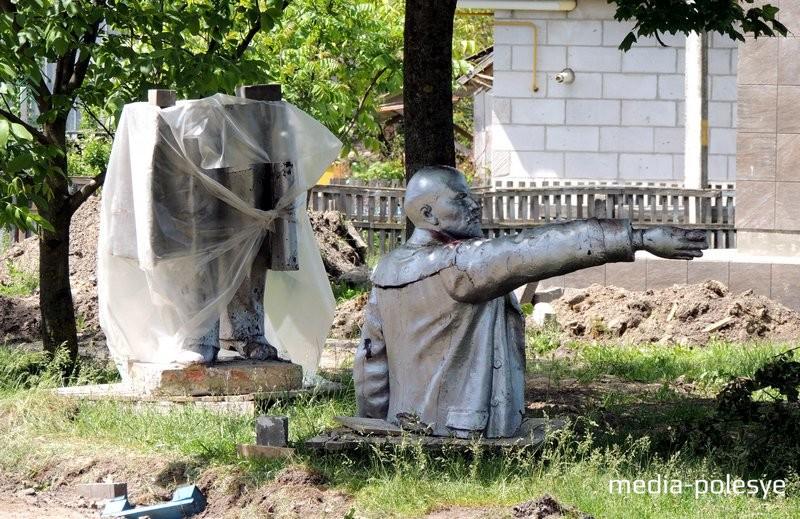 Фотофакт. В Давид-Городке при подготовке к Дожинкам убрали памятник Ленину