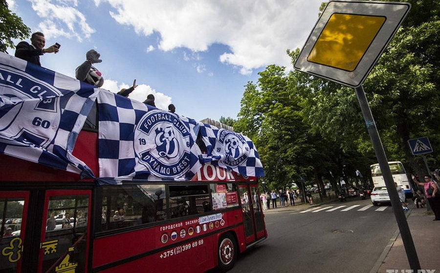 Брестское «Динамо» прокатилось по городу на двухэтажном МАЗовском автобусе