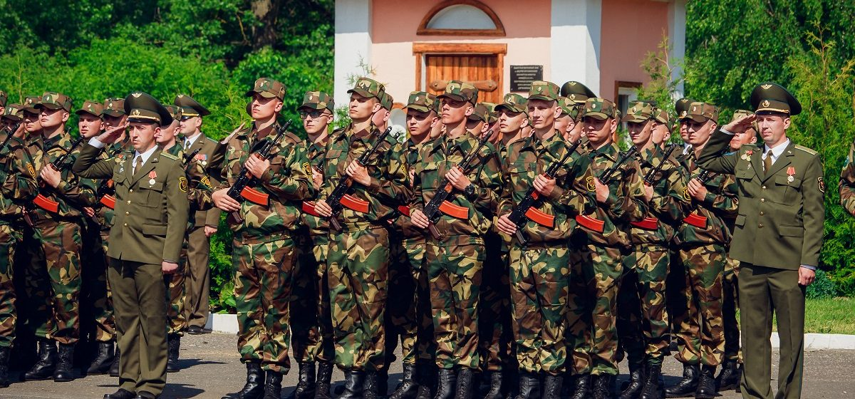 «Служу Республике Беларусь». В Барановичах новобранцы 120-й зенитной ракетной бригады приняли военную присягу