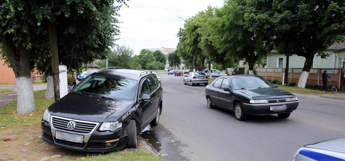 В Барановичах на улице Брестcкой Volkswagen «поцеловал» Citroen