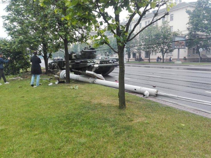 Фотофакт. В Минске на репетиции парада танк въехал в столб
