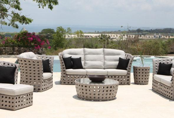 С мебелью из ротанга ваш сад будет прекрасен